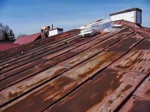Korozja na dachu z blachy